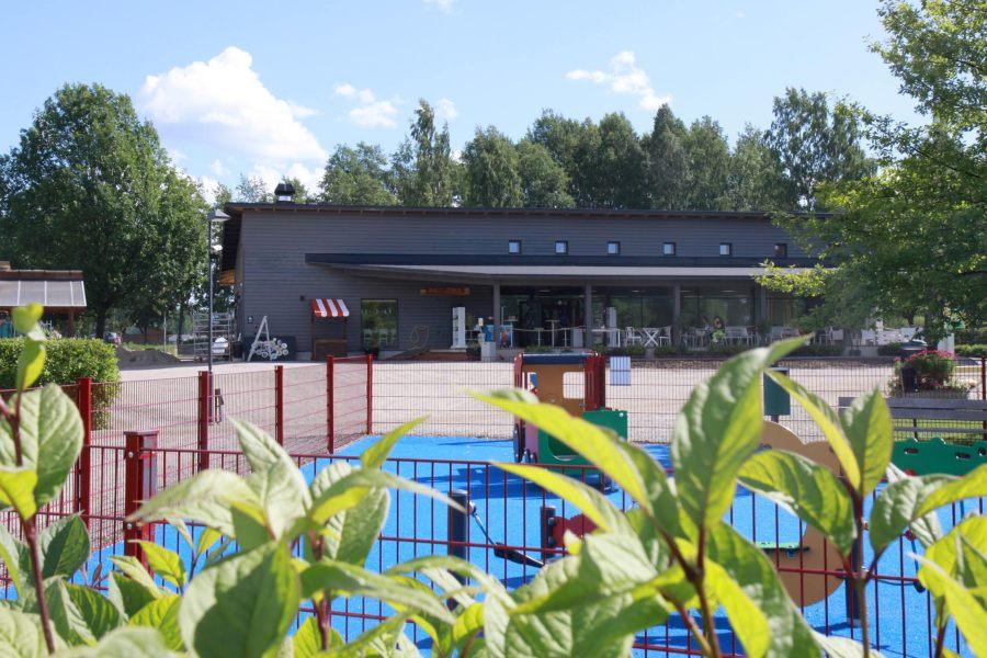 Mikkelipuistossa on mallipuutarhoja, viheralueita, leikkipuistoja ja kahvila-ravintola.