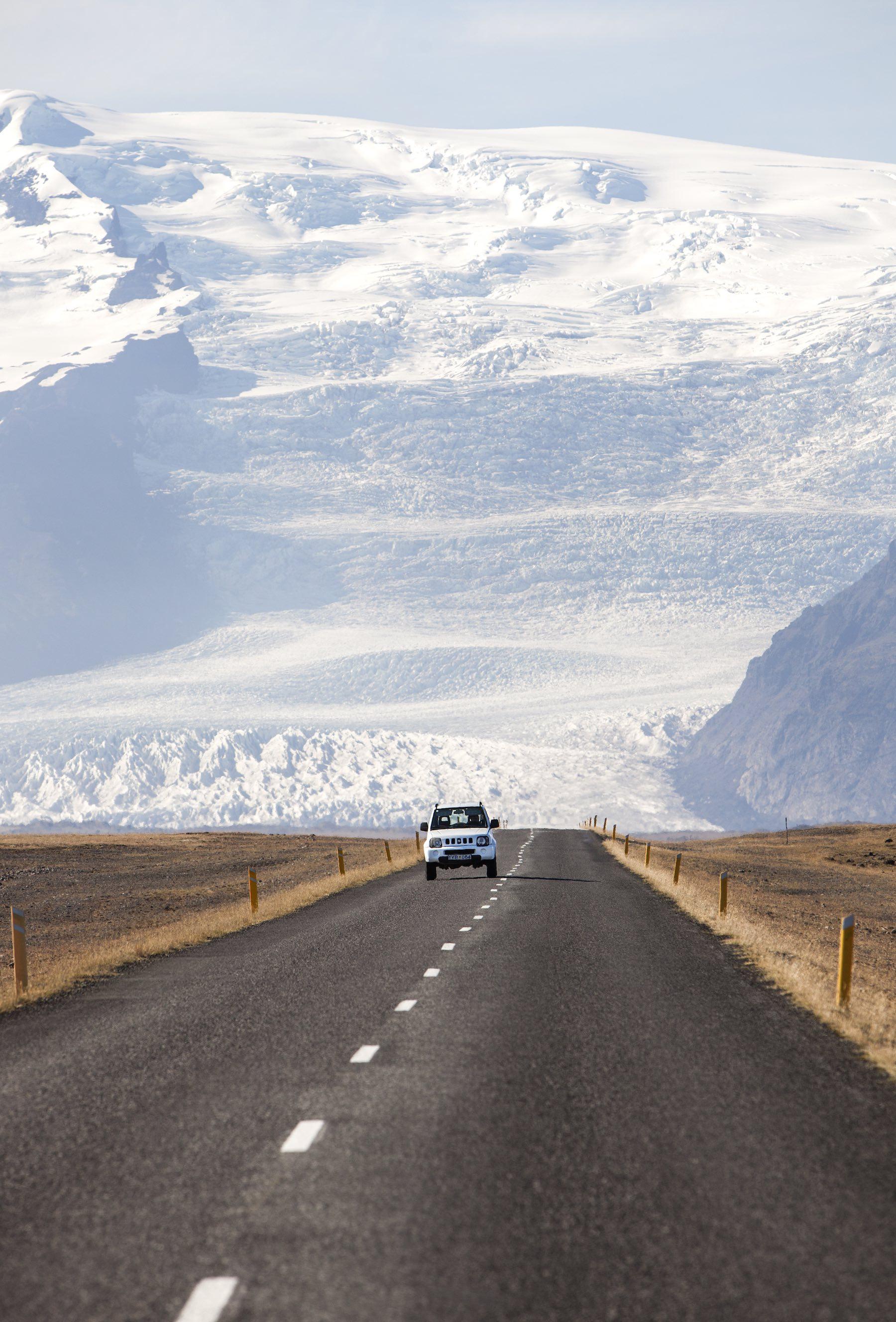 Islannin ykköstie on päällystetty ja hyväkuntoinen, mutta kapea ja hidaskulkuinen. Maksiminopeus on 90 km/h. Kesäaikaan: varo lampaita! Kuva: Björgvin Hilmarsson