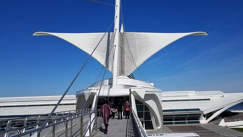 The Milwaukee Art Museum wings and walkway