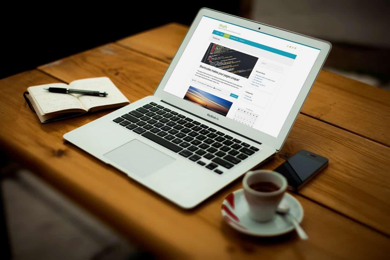 blogify-cafe-laptop