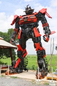 teetoling - robot - not an autobot transformer but kinda looks a bit like one