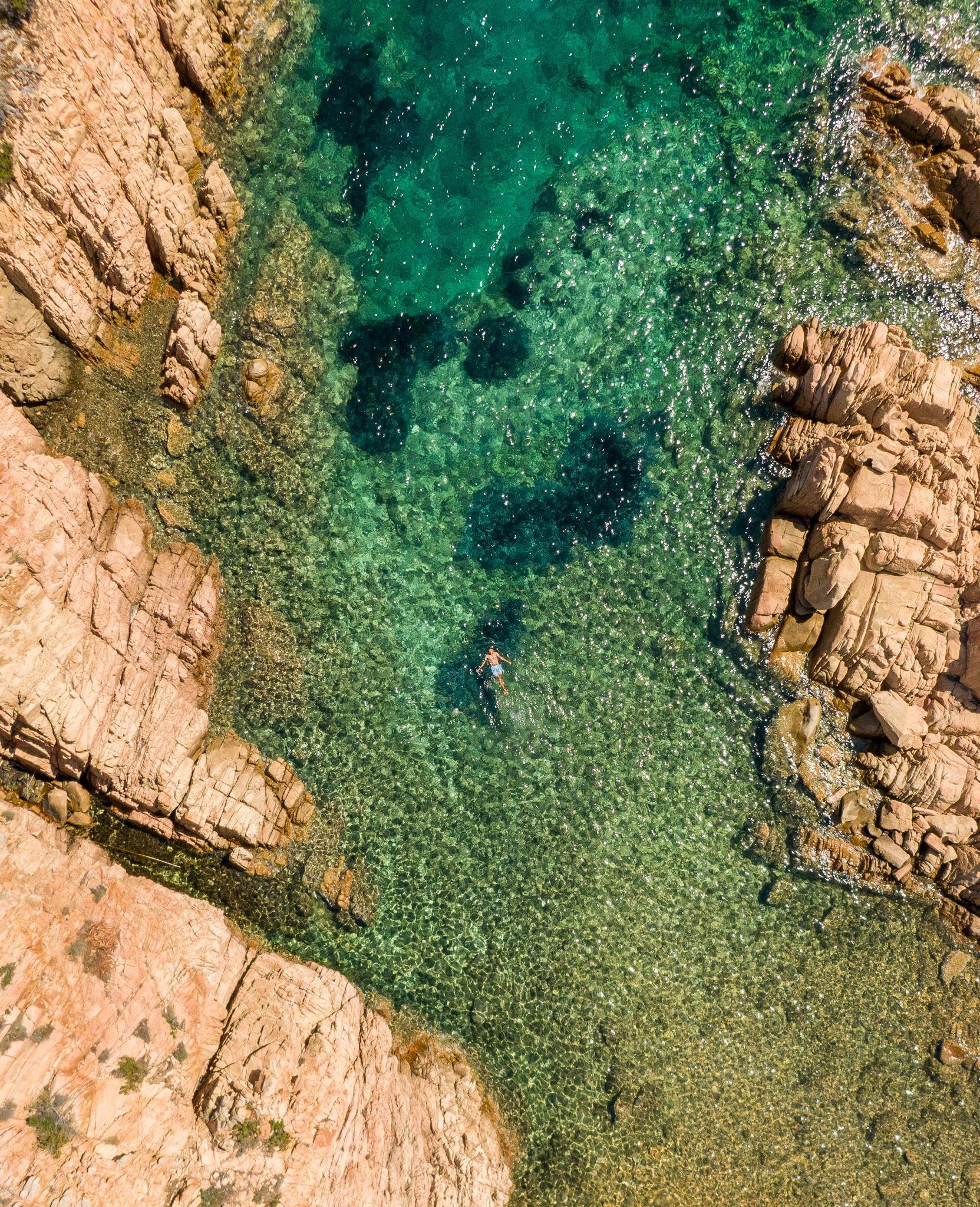 Top Down dans une crique de Caprera en Sardaigne