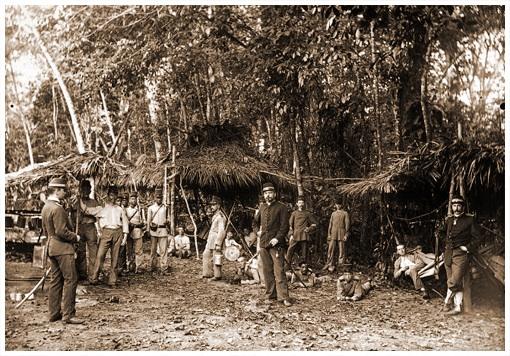 Tropenmuseum objectnumber 60052094: Militairen bij hun bivak in het bos