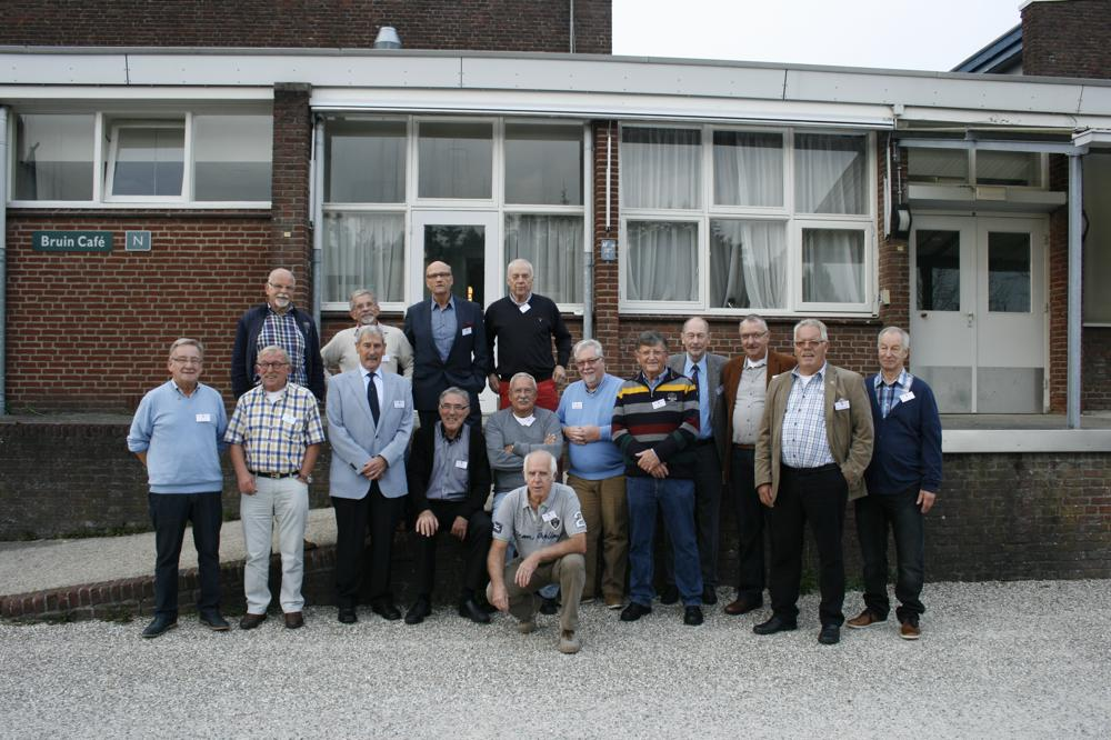 Hier staat Willem Leunissen te midden van zijn mannen van het 2e peloton A-Cie '63 (reünie 10 oktober 2014). Lichtblauwe blazer en donkere broek.