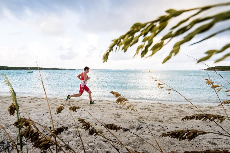 Javier Gomez, líder após dois dias do Island House Invitational Triathlon
