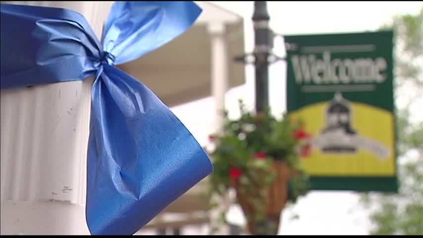 Newburgh Women-s Club Ties Blue Ribbons to Honor Cops