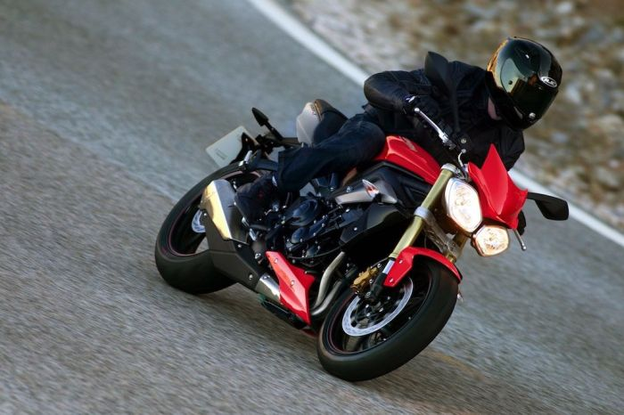 MY16_StreetTriple_CW_01_RT - copie