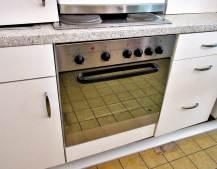 Küchenzeile weiß Elektroherd Edelstahl
