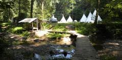 Pohled na tábořiště od potoka