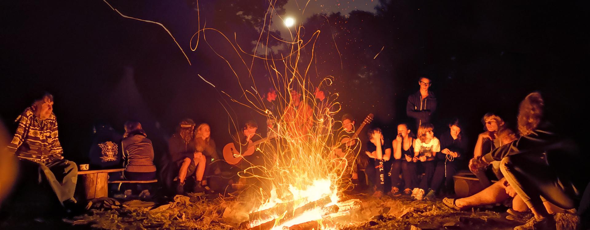 U táborového ohně
