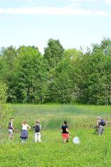 Några av deltagarna vandrar i blötan. Foto: Magnus Billqvist / Trollsländeföreningen.