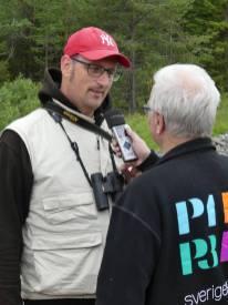 Magnus Billqvist blir intervjuad utanför Pajala.