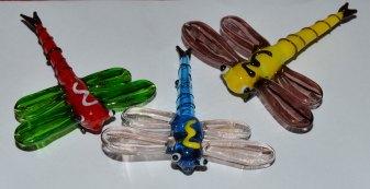 Trollsländor i glas, olika färger, ca 6,5x6,5 cm. 25 kr/st.