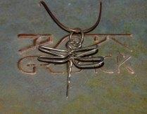 Kajsa Grebäcks handgjorda silverhalshängen, trollslända ovanifrån, ca 3,5x3,5 cm. 250 kr.