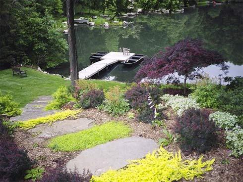 Từng bậc đá dọc theo con đường dẫn tới bãi cỏ xanh mướt và hồ nước thơ mộng