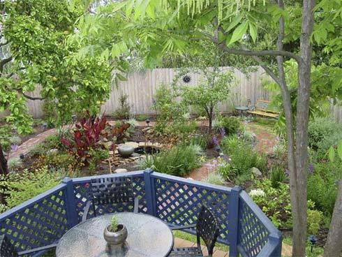 Nơi ngồi ăn sáng trong vườn tuyệt đẹp, có cây ăn quả, thảo mộc và ao nước mát lành