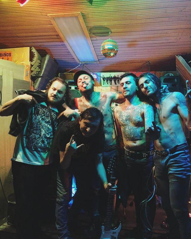 La banda The Perro Boyz después de un concierto