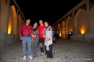 FOTO DE GRUPO EN EL PUENTE KHAJOU EN ISFAHAN