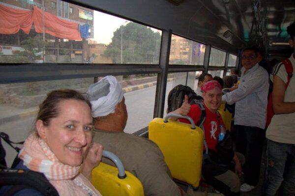 BEATRIZ Y JORGE EN UN BUS PÚBLICO EN EL CAIRO