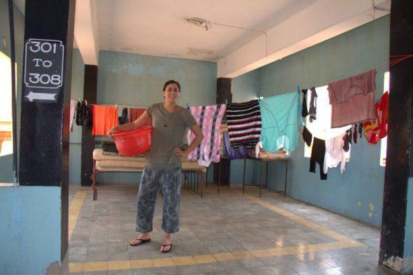 CRISTINA HACIENDO LA COLADA EN EL HOTEL ASHOKA LODGE EN TANJORE