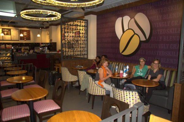 TOMANDO CAFÉ EN EL AEROPUERTO DE DELHI