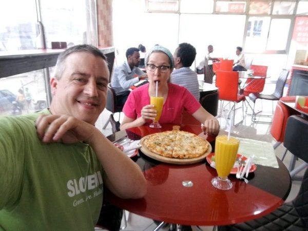 BEATRIZ Y JORGE COMIENDO PIZZA EN ADDIS ABEBA