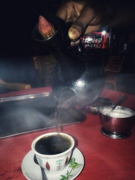 SIRVIENDO CAFÉ EN ADDIS ABEBA
