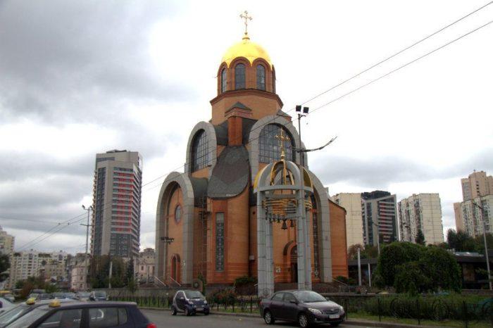 IGLESIA JUNTO A LA ESTACIÓN DE TRENES DE KIEV