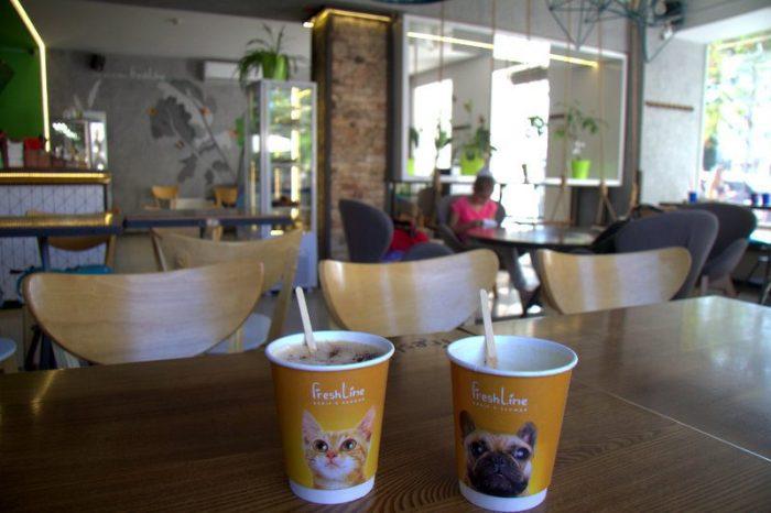 TOMANDO CAFÉ EN UN FRESHLINE, ODESSA