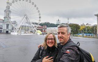BEATRIZ Y JORGE JUNTO A LA NORIA EN EL BARRIO DE PODIL, KIEV