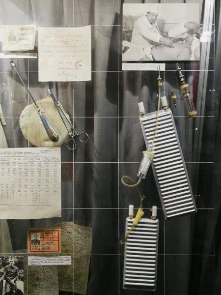 UTENSILIOS MÉDICOS EN EL MUSEO DE CHERNOBYL EN KIEV