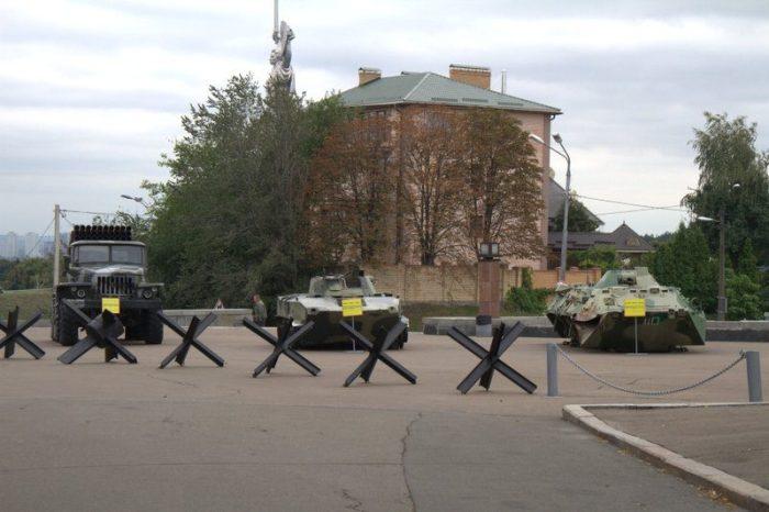 VEHÍCULOS MILITARES UTILIZADOS EN LA GUERRA DEL 2014 EN EL PARQUE DONDE ESTÁ LA ESTATUA DE LA MADRE PATRIA, KIEV