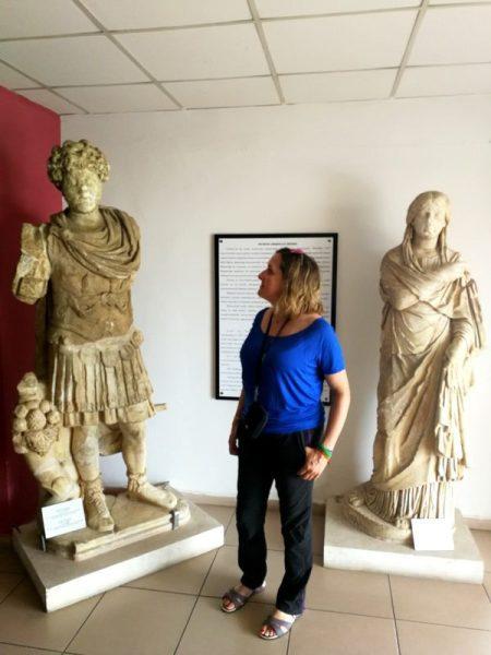 BEATRIZ CON MARCO AURELIO Y SU SEÑORA EN EL MUSEO DE FETHIYE