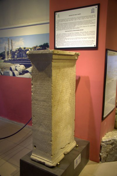 PIEDRA TRILINGUE EN EL MUSEO DE FETHIYE