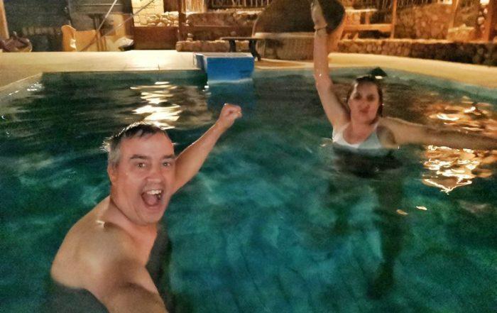 BEATRIZ Y JORGE BAÑÁNDOSE DE NOCHE EN LA PISCINA DEL SINAI OLD SPICES