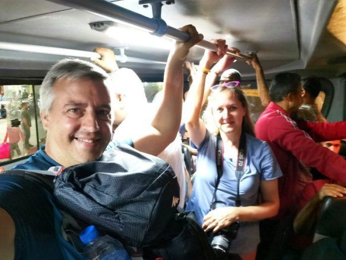 BEATRIZ Y JORGE EN EL BUS 333 VOLVIENDO AL HOTEL EN LAS PIRÁMIDES DE GIZA