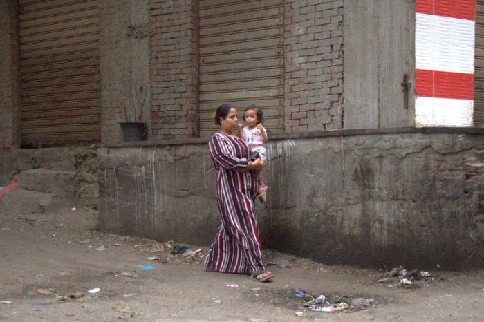 MADRE CON NIÑA EN LA CIUDAD DE LA BASURA EN EL CAIRO