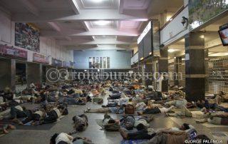 GENTE DURMIENDO EN EL HALL DE LA ESTACIÓN DE TRENES NEW DELHI EN DELHI