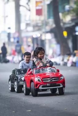 Wat te doen in Hanoi - kinderen in speelauto's