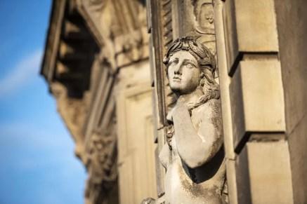 Grieks standbeeld op het oude gebouw van de Thermes de Spa