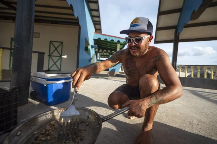 Taki kookt op het strand
