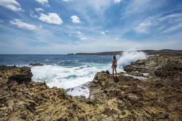 Vrouw op natural bridge Aruba