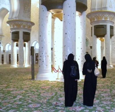 abu dhabi 14 400x389 Le plus grand tapis du monde se trouve où ?