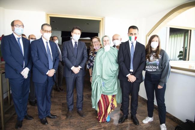 Romano'yu, İtalya Başbakanı Giuseppe Conte, Dışişleri Bakanı Luigi Di Maio ve ailesi karşıladı.