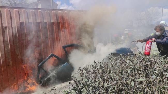 Devrilen tırın altında kalan otomobil alev aldı, sürücü hayatını kaybetti