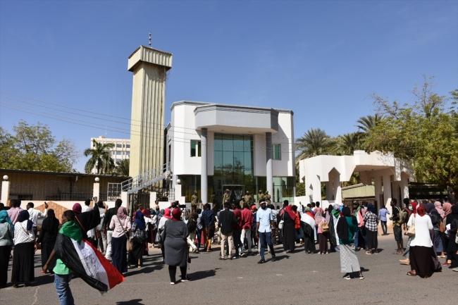 Sudan'ın başkenti Hartum'daki Dışişleri Bakanlığı önünde eylem düzenleyen aileler, tepkilerini dile getirdi. Fotoğraf: AA
