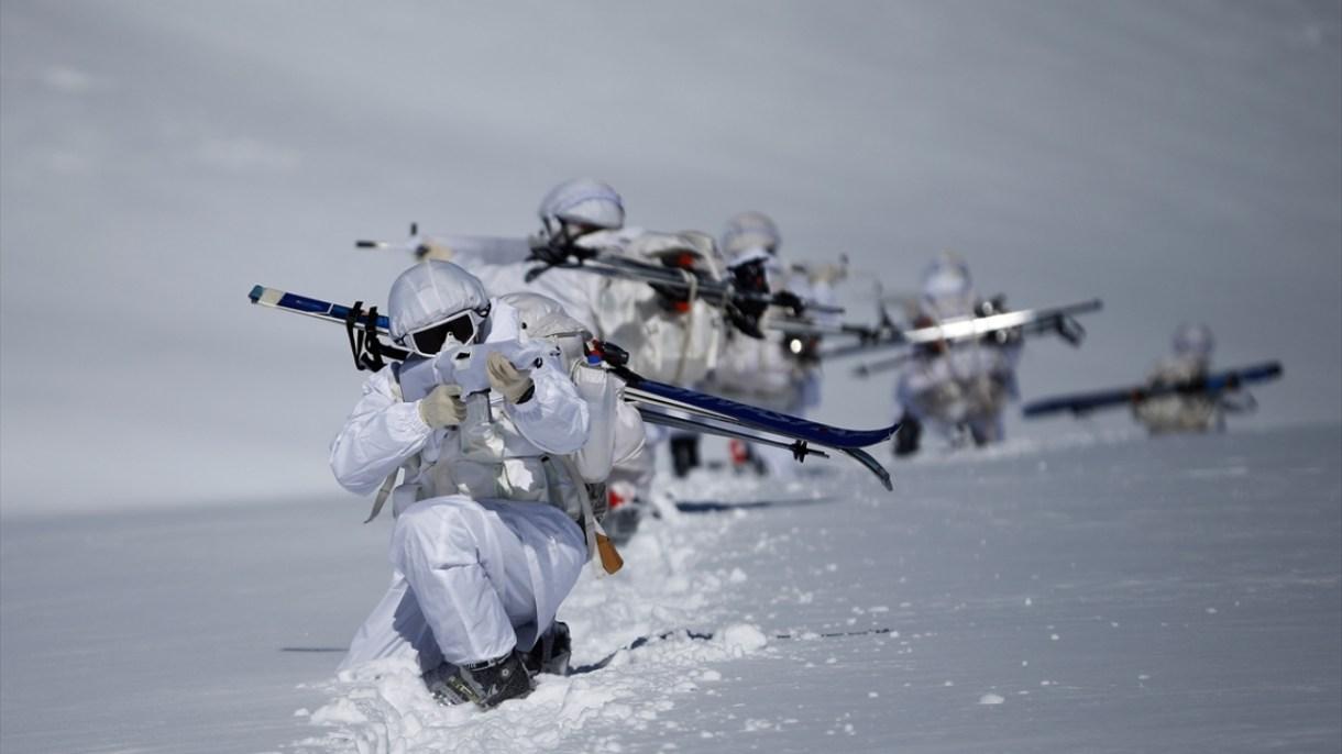 Tamamen beyaz kıyafet ve silahlarındaki beyaz kamuflajla karda adeta görünmez hale gelen komandolar, sızma harekatı tatbikatını başarıyla gerçekleştirdi.