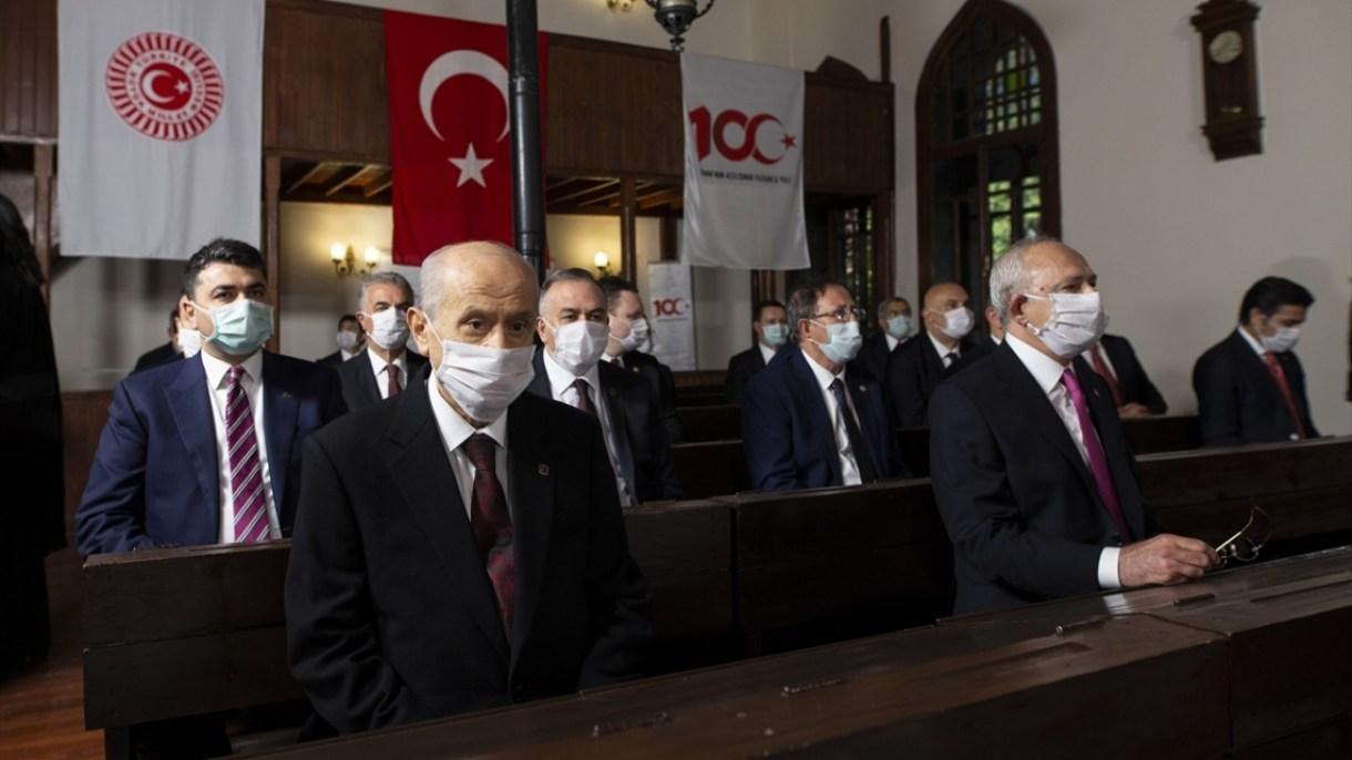 Programa CHP Genel Başkanı Kemal Kılıçdaroğlu (sağda) ve MHP Genel Başkanı Devlet Bahçeli (solda) da katıldı.