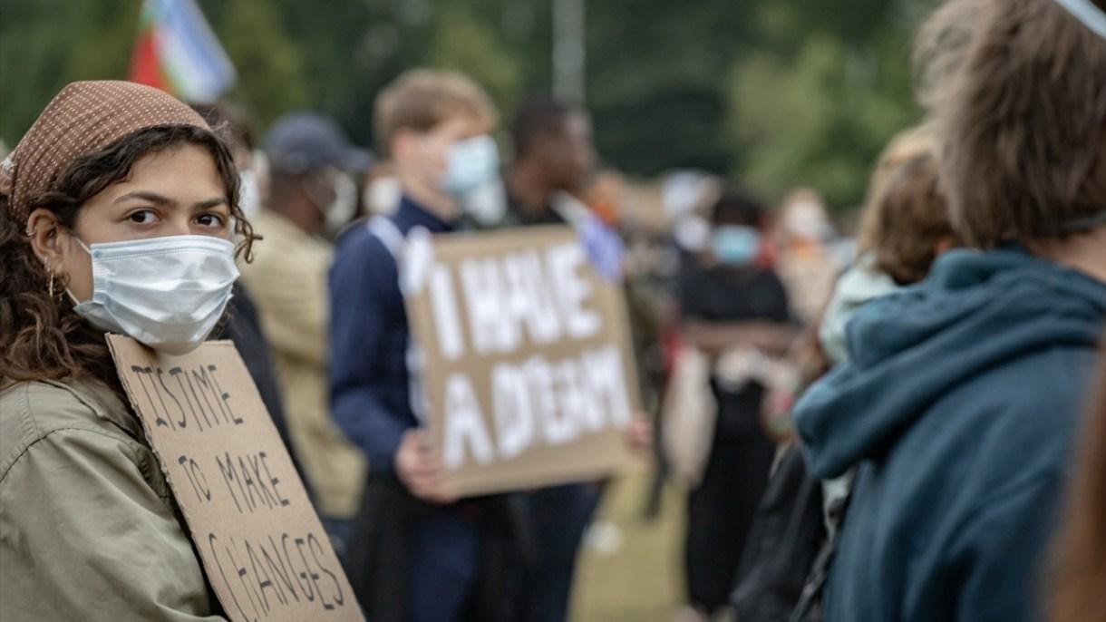 Farklı din ve ırka mensup binlerce kişi, Hollanda'daki ayrımcılığa ve ırkçılığa karşı Amsterdam'ın güneydoğusunda yer alan Nelson Mandela Park'ta toplandı.