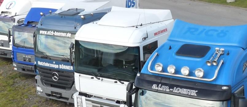 Truck Team Börner - Blick auf Zugmaschinen auf underem Gelände